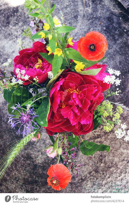 sommerlicher Blumenstrauß von oben Sommerblumen Strauß bunt Farbe Farben Pfingstrose Kornblume mohnblumen Blüte Blühend schön Duft natürlich Gartenblumen