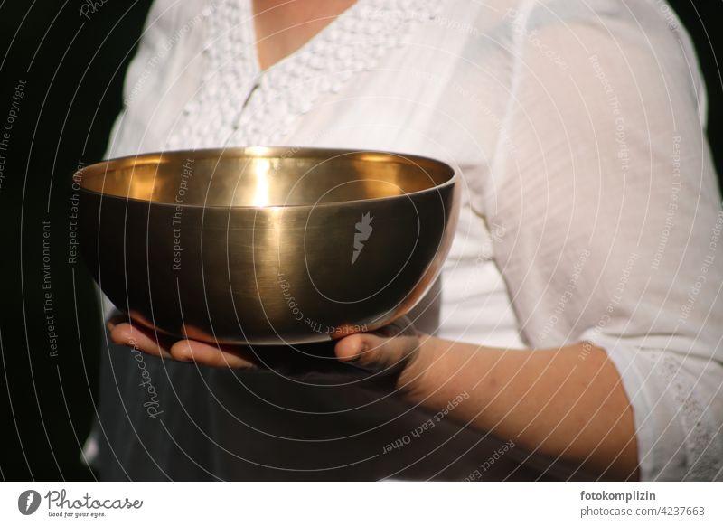 weibliche Hand trägt eine Klangschale Meditation Erholung Schalen & Schüsseln ruhig Gesundheit Wellness Wohlgefühl Sinnesorgane achtsam Frau Gleichgewicht