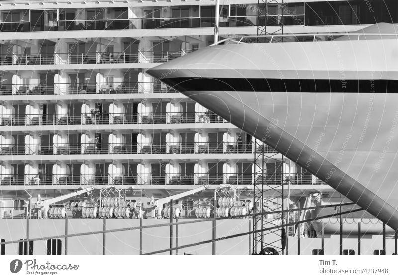 Zwei Kreuzfahrt Schiffe im Hafen cruise ship harbor Bornholm Wasserfahrzeug harbour water Industrie Schifffahrt ships Bug reisen Dänemark s/w