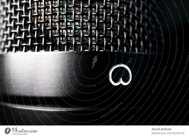 Makro-Nahaufnahme eines Großmembran-Kondensatormikrofons mit Kardioid-Polaritätssymbol und Grill Mikrofon große Blende Aufnahme Audio Kardioide Grillrost