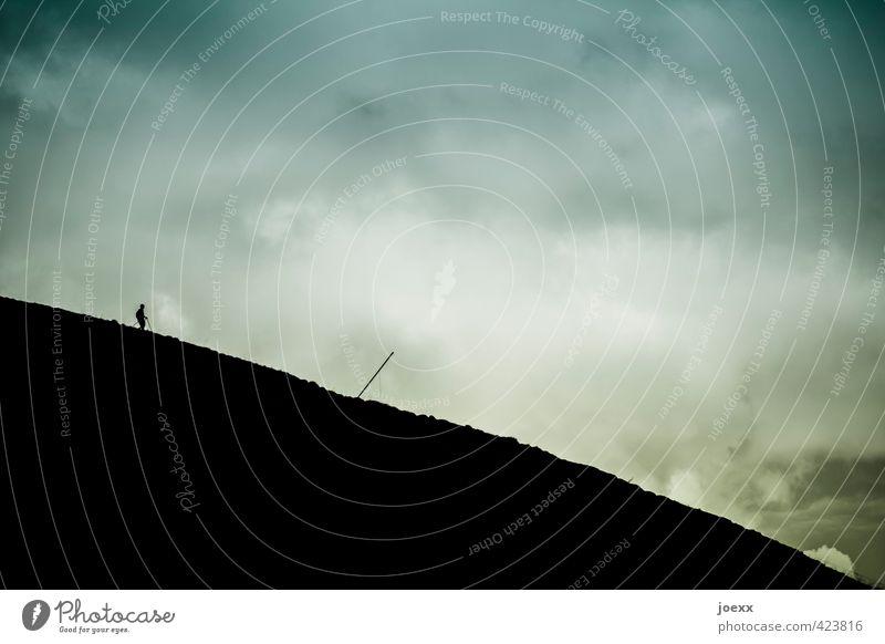 Nach dem Gipfel 1 Mensch Natur Himmel Wolken Wetter Hügel Berge u. Gebirge gehen laufen blau grün schwarz weiß Wege & Pfade Farbfoto Gedeckte Farben