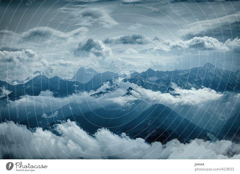 Wolkenkratzer Berge u. Gebirge Himmel Klima Schönes Wetter Alpen Gipfel gigantisch Unendlichkeit hoch blau grau schwarz weiß Horizont Stil Umwelt Farbfoto