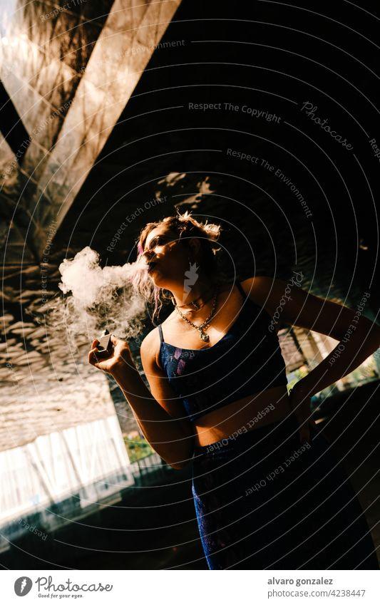 ein Mädchen, das einen Verdampfer benutzt, um die Tabaksucht zu beseitigen Rauchen sinnlich Aspirationen rauchend Raucherin alternativ Frau Porträt elektronisch