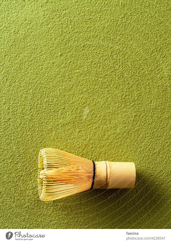 Grünteepulver Matcha und Bambusbesen weiß Matcha-Hintergrund Schneebesen Textfreiraum Draufsicht vertikal Tee grün Festakt hölzern chasen Lifestyle traditionell