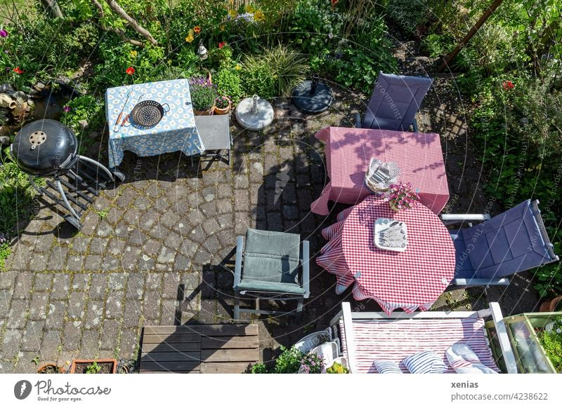 Vorfreude wächst: Terrasse mit Tischen, Sitzgelegenheiten und einem Kugelgrill ist vorbereitet für geladene Gäste Grill Stuhl Garten Grillpfanne gedeckter Tisch