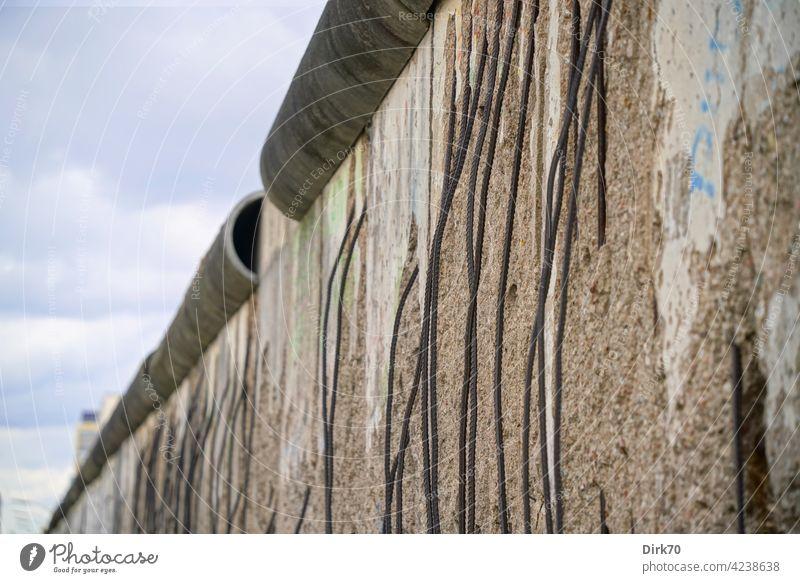 Berliner Mauer Mauerspechte Armierung Stadt Armierungsstahl Stahlbeton Mauerkrone Grenze Denkmal Hauptstadt Wand Außenaufnahme Sehenswürdigkeit Wahrzeichen Tag