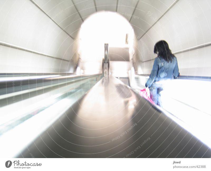 Helle Fosteritos Bilbao Spanien Baskenland Geschwindigkeit Verkehrsmittel U-Bahn Rolltreppe Untergrund Licht Tunnel Frau Stil Langzeitbelichtung Architektur