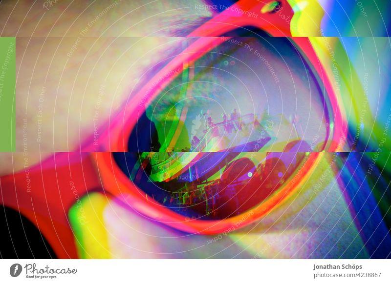 junge Frau mit roter Sonnenbrille auf dem Kreuzfahrtschiff im Sommer mit Glitch Effekt Menschenleer Farbfoto glitch effect Anaglyph fehler bunt hintergrund