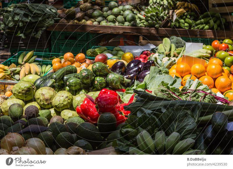 Das Vegi-Paradies, bunt und frisch. Auf dem Wochenmarkt gibt es alles an Obst und Gemüse, was das Herz begehrt. Vegitarier vegitarisch Lebensmittel Gesundheit