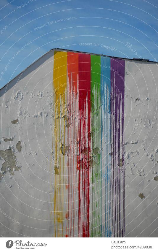 Regenbogen-Wasserfall an einer maroden Hauswand Farbe regenbogenfarben Malerei Spektralfarbe blau gelb rot grün orange lila mehrfarbig spektral Lichtbrechung