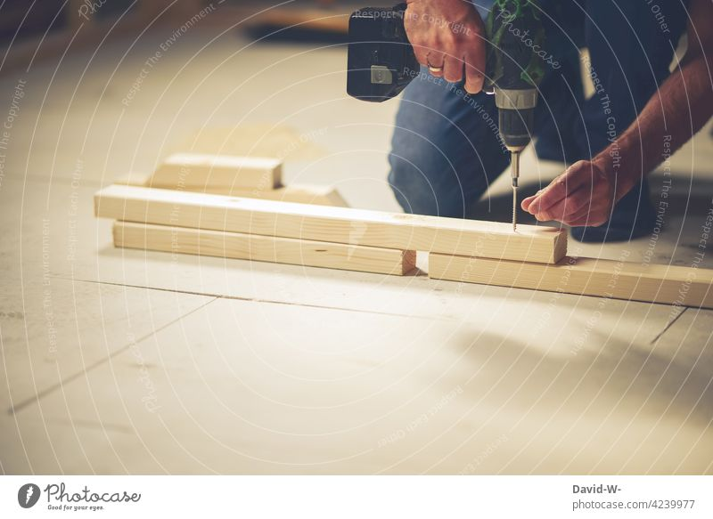 Mann werkelt mit einer Bohrmaschine Handwerker Werkzeug Arbeit & Erwerbstätigkeit Schraube bohren Holz Arbeitsplatz heimwerken Beruf Schreiner