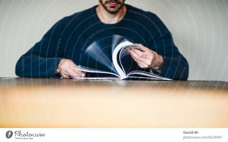 Mann blättert in einem Buch blättern Nachschlagen lesen Bildung lernen Tisch sitzen anonym Buchseiten Wissen