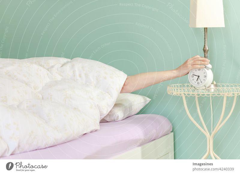 Guten Morgen, Aufstehen! Wecker ausschalten. Schlafkonzept aufwachen Erwachsener Alarm Wachsamkeit Wohnung Bett Möbel Schlafzimmer Schlafenszeit Decke Uhr