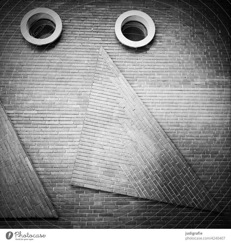 Klinkerwand mit Augen Wand Mauer Fenster Nase gestaltung Dreieck Quadrat klinkerwand Klinkerfassade Klinkerbau klinkerarchitektur Architektur Fassade Gebäude