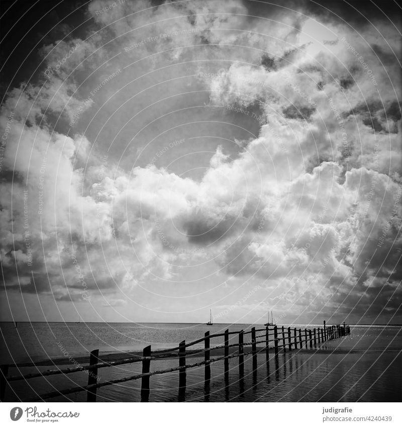 Dramatische Wolken über der ruhigen Ostsee Strand Küste Begrenzung Boote dramatischer himmel dramatische Wolken Licht Himmel Meer Landschaft