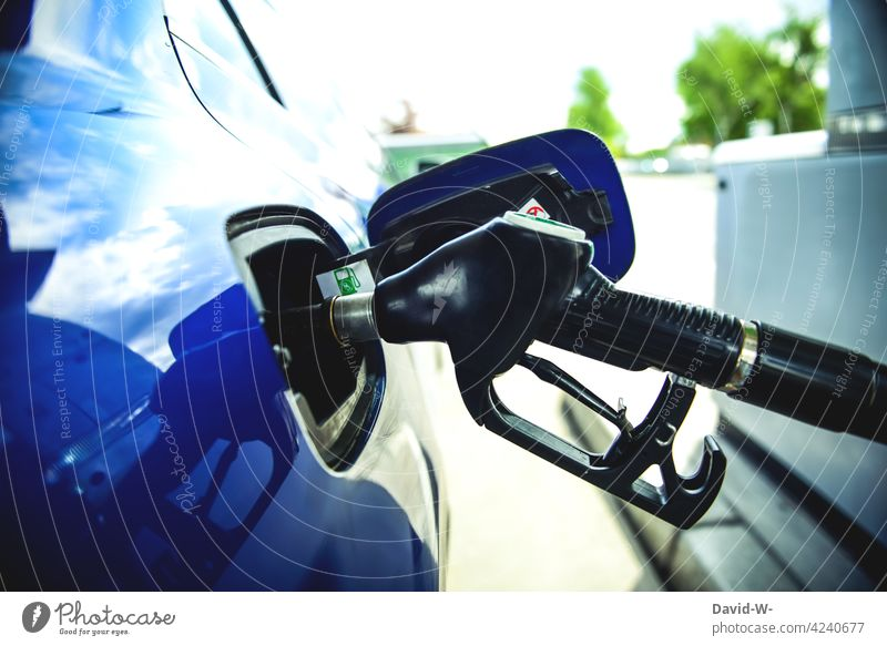 Tankstelle - Auto tanken Zapfsäule Benzin Rohstoffe & Kraftstoffe PKW benzinpreis Sprit teuer