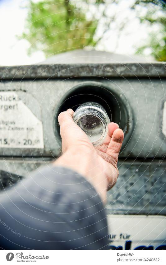 Mann schmeißt Altglas in den Glascontainer Müll entsorgen Hand wegwerfen Recycling abfallentsorgung Wertstoffcontainer Müllverwertung Müllentsorgung
