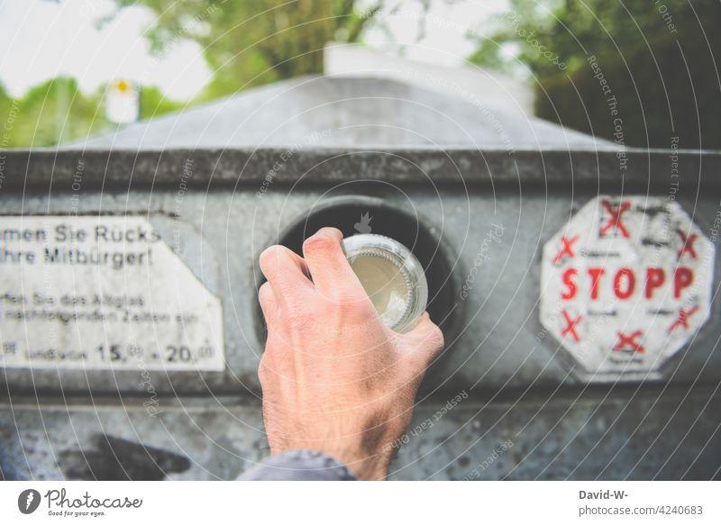 entsorgung von Altglas Glascontainer Müll entsorgen abfallentsorgung Müllverwertung Mann Hand wegwerfen Recycling Wertstoffcontainer Müllentsorgung