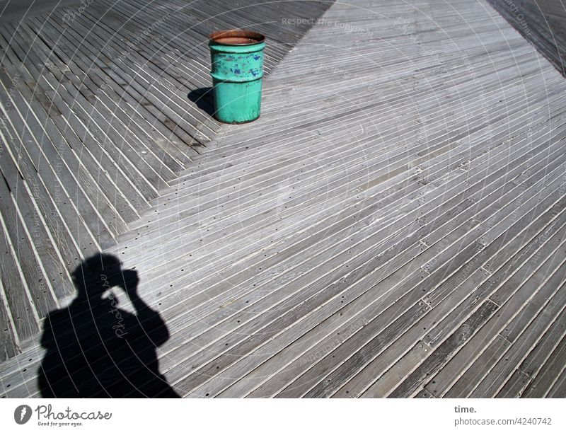 Mülltonne auf Holzweg mülltone fotograf schatten silhouette fotografieren holzplanken holzweg diagonal sonnig skurril grüne