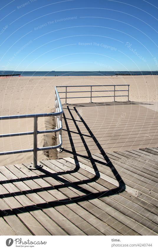 Geschichten vom Zaun (98) strand himmel sommer zaun geländer holzsteg horizont sand wellenförmig kurve schatten meer atlantik küste urlaub reisen ferien