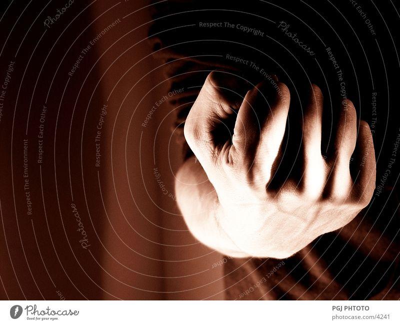 Starke Faust Hand Finger brutal Kraft Mann Zeichen Gewalt agressiv Lautsprecher