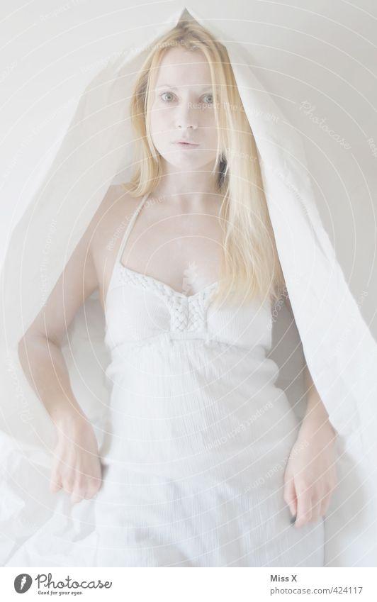 Geist Mensch feminin Frau Erwachsene 1 18-30 Jahre Jugendliche Bekleidung Kleid Kopftuch blond langhaarig gruselig hell weiß Geister u. Gespenster Fee Elfe