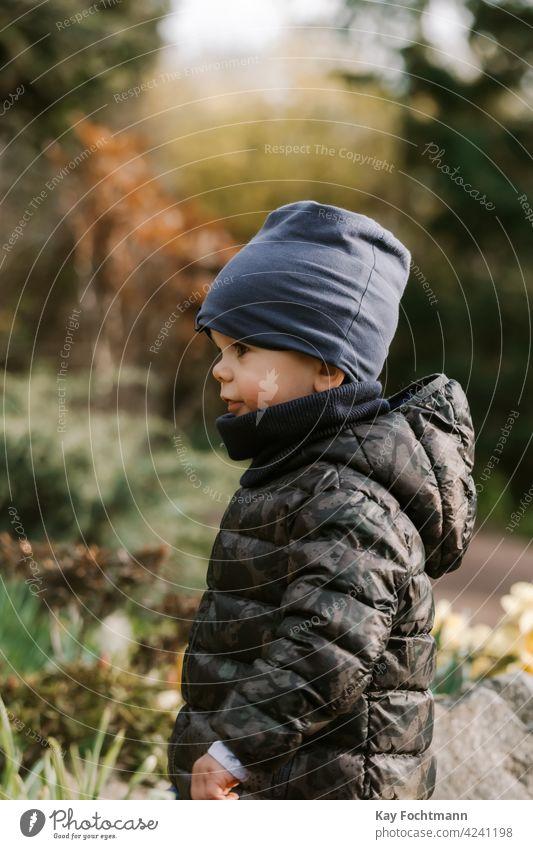 Nahaufnahme des Profils eines kleinen Jungen Aktivität Kaukasier Kind Kinderbetreuung Kindheit niedlich Tag Tageslicht Ethnizität Familie Glück Hut Feiertag