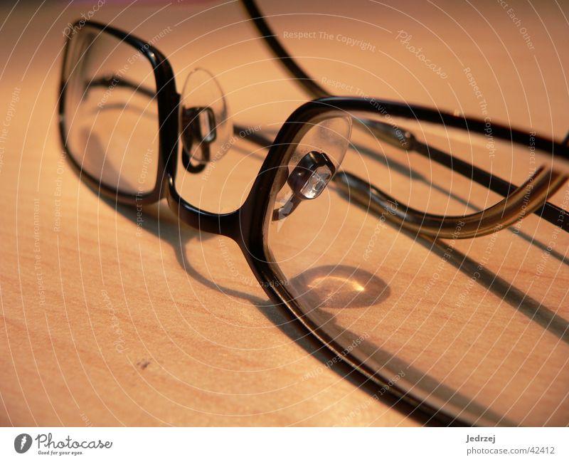 Brille Makro Glas nah Gestell Kleiderbügel Holz Tiefenschärfe schwarz Dinge Makroaufnahme Schatten