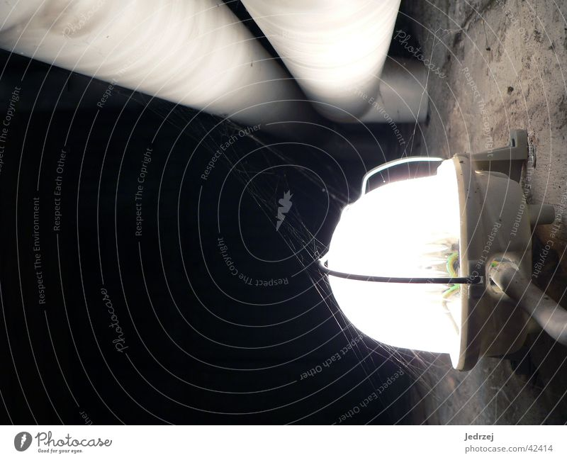 Kellerlampe dunkel Wand Lampe hell Kabel Röhren elektrisch Wasserrohr