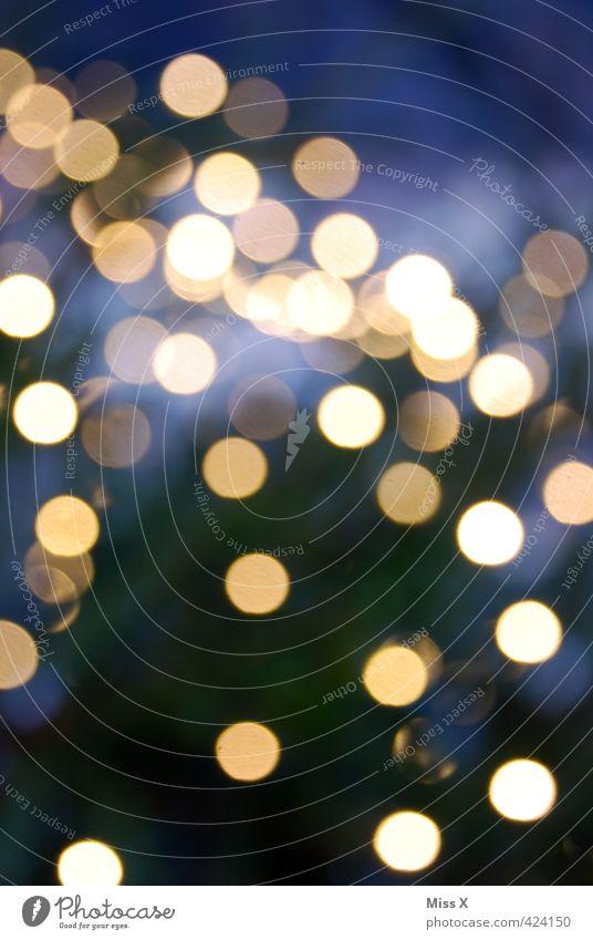 Weihnachtsbaum Nachtleben Jahrmarkt leuchten Punkt Beleuchtung Lichterkette Girlande Weihnachtsbeleuchtung Farbfoto Außenaufnahme abstrakt Muster Menschenleer