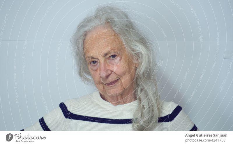 Porträt einer älteren Frau 2021 Senior 80 Jahre 60 und älter alt Erwachsene Weiblicher Senior Blick Gesicht Blick in die Kamera Mensch Innenaufnahme feminin