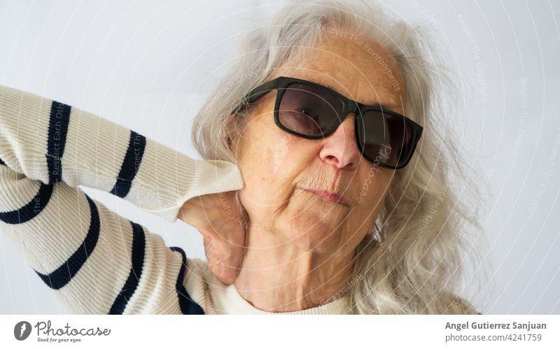 Porträt einer älteren Frau mit Sonnenbrille Senior Weiblicher Senior Mensch 70 Jahre alt Farbfoto 1 feminin Erwachsene Gesicht Innenaufnahme Blick Tag