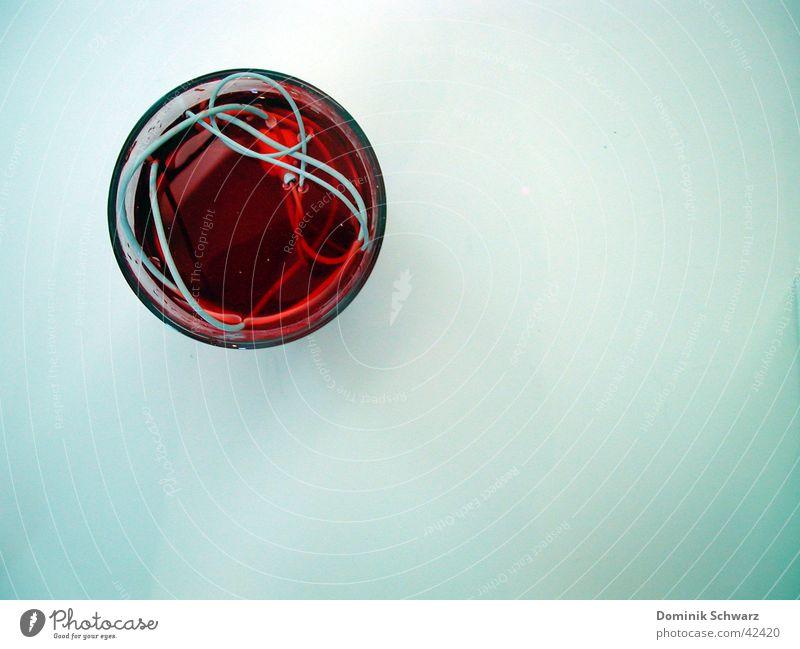Einmachzeit Wasser weiß rot Glas Technik & Technologie Kabel Flüssigkeit obskur Kopfhörer Gift untergehen senken MP3-Player