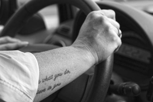 Strong arm on the steering wheel Straßenverkehr Lenkrad Frau Arm lenken halten festhalten Hand Auto KFZ Autofahren Verkehr Geschwindigkeit Autobahn
