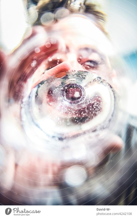 Wasser trinken - prost durst durstig Mann Erfrischung Getränk kreativ Flüssigkeit Trinkwasser Durstlöscher Wasserflasche Flasche Mineralwasser