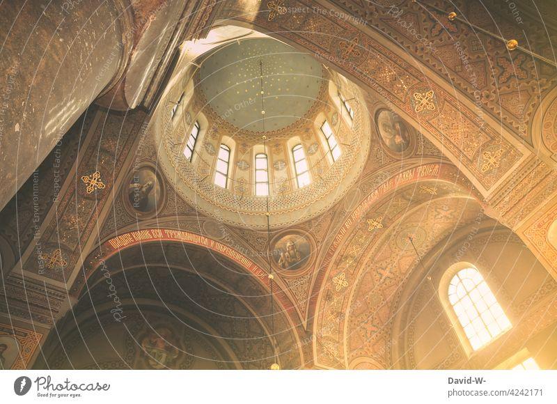 Sonnenlicht scheint in eine Kirche Glaube Religion Gott Spiritualität glauben Gotteshäuser Sonnenstrahlen Kirchenfenster Decke Kirchenmalerei leuchten
