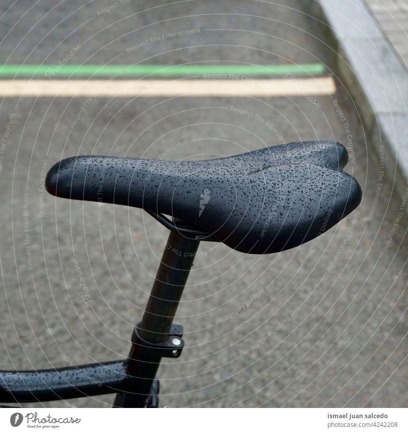 fällt auf den schwarzen Fahrradsitz Sitz Transport Verkehr Verkehrsmittel Fahrradfahren Radfahren Zyklus Objekt Sport Hobby Straße im Freien alt