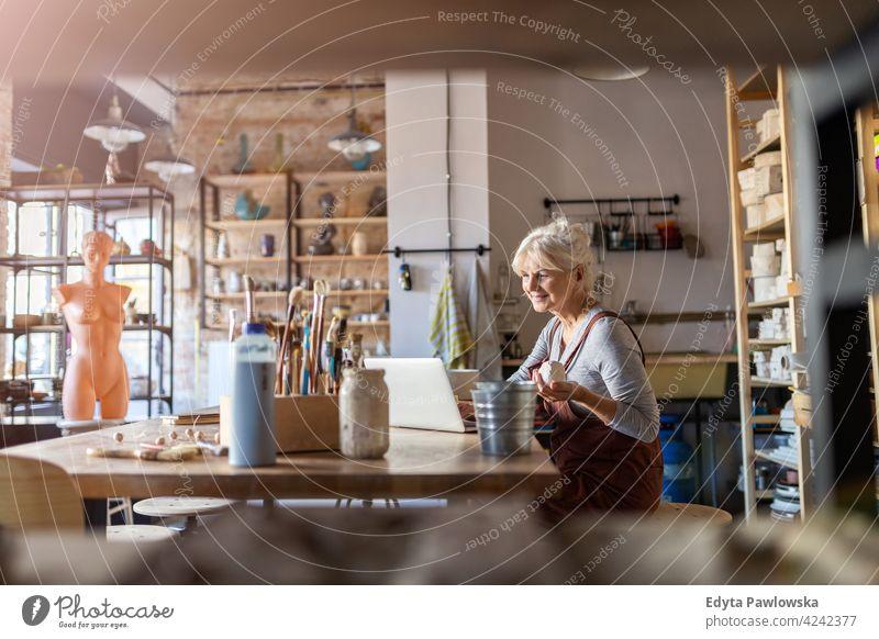 Ältere Handwerkerin im Kunstatelier Töpferwaren Künstler Keramik Arbeit arbeiten Menschen Frau Senior Erwachsener lässig attraktiv Glück Kaukasier genießend