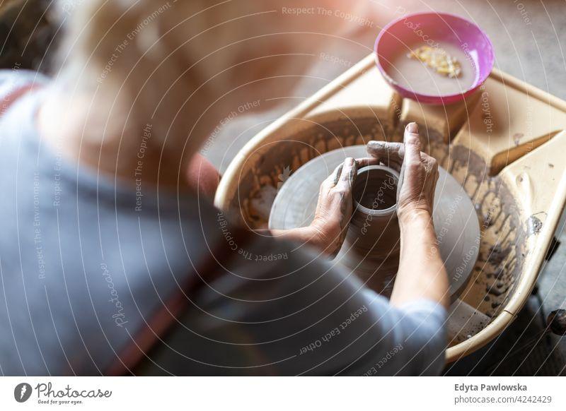 Ältere Frau macht Keramikarbeit mit Töpferscheibe Töpferwaren Künstler Kunst Arbeit arbeiten Menschen Senior Erwachsener lässig attraktiv Glück Kaukasier