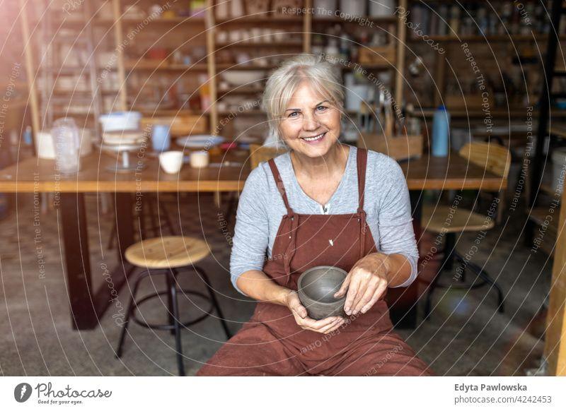 Porträt einer älteren Töpferin in ihrem Kunstatelier Töpferwaren Künstler Keramik Arbeit arbeiten Menschen Frau Senior Erwachsener lässig attraktiv Glück