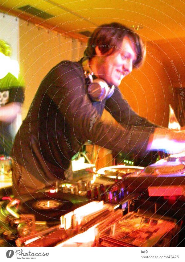 bob humid Diskjockey Plattenspieler Schallplatte Mann Kopfhörer Musiker elektronische musik lachen orange Plattenteller