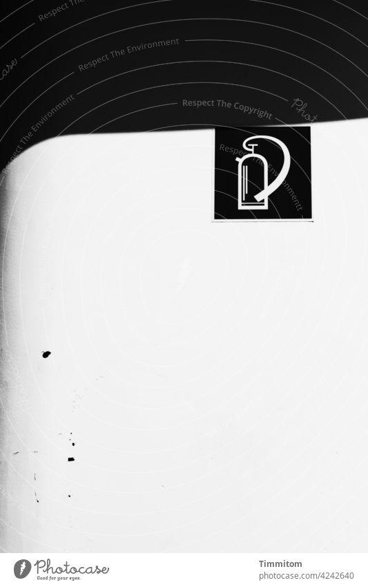 Beruhigendes Hinweisschild auf einem Schiff Feuerlöscher Feuerlöscherzeichen Schilder & Markierungen Orientierung Zeichen nüchtern Lack Flecken Licht Schatten