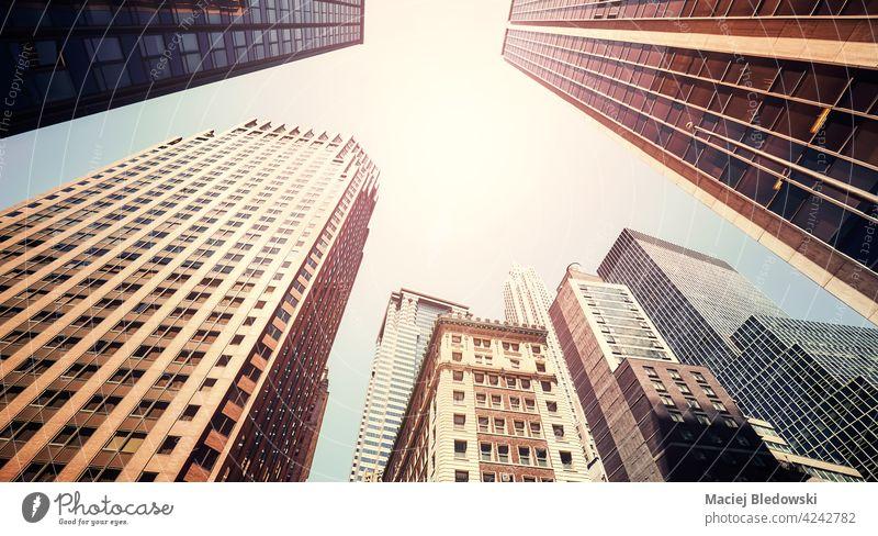 Sommer in der Stadt, Blick auf Wolkenkratzer gegen die Sonne, farbgetöntes Bild, New York, USA. Gebäude Großstadt New York State Büro nachschlagen