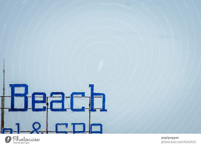 Beach Strand Schilder & Markierungen Hotel Hotelschild Hinweisschild Menschenleer Schriftzeichen Buchstaben Typographie Wort Farbfoto Mitteilung Kommunizieren