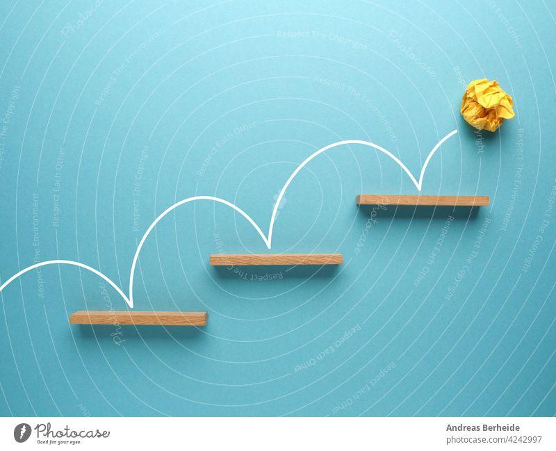 Gelbe zerknitterte Papierkugel springt die Treppe hinauf auf blauem Hintergrund Ball Inbetriebnahme Aufschwung Aktion Tor Erfolg finanziell Business Blöcke
