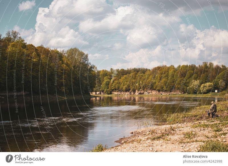 Landschaft an einem Fluss Natur Fischer Wolken tagsüber Tageslicht Himmel Wasser Farbfoto Umwelt Flussufer Baum Dolomitbank Reflexion & Spiegelung Wald