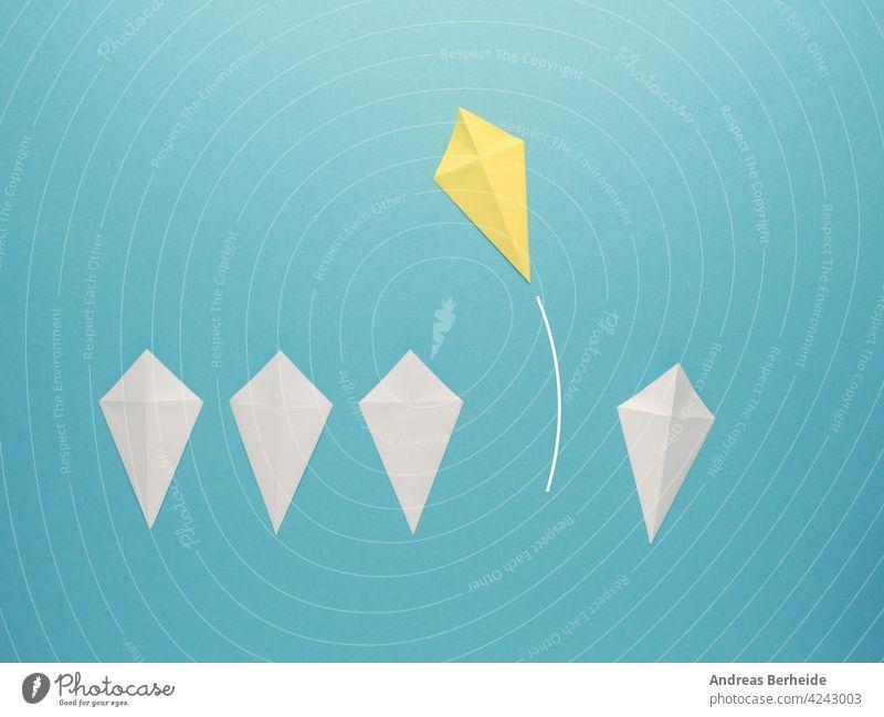 Weiße Papierdrachen in einer Reihe mit einem wegfliegenden gelben Papierdrachen Führer Führung Aktion Tor Erfolg finanziell Business Nachricht Marketing blau
