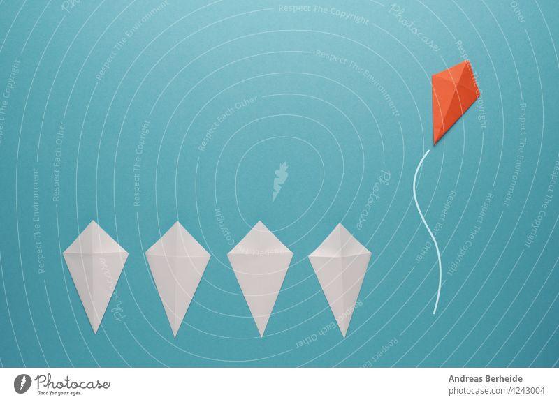 Weiße Papierdrachen in einer Reihe mit einem wegfliegenden roten Papierdrachen Führer Führung Aktion Tor Erfolg finanziell Business Nachricht Marketing blau