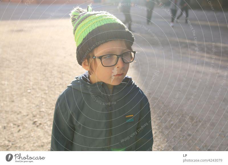 Porträt eines Kindes mit Hut und Brille Schwierigkeiten Einfühlungsvermögen Herausforderung komplex Bedarf beruhigend Verhalten