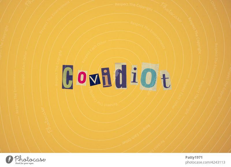 Ausgeschnittene Zeitungsbuchstaben bilden das Wort Covidiot   corona thoughts Corona Pandemie zeitungsbuchstaben Collage Coronaleugner Impfgegner Coronavirus